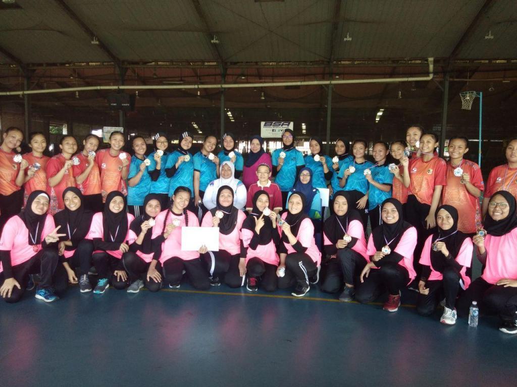 Barisan Pemain SMK SANZAC 18 TKB bersama pasukan johan dan Naib Johan bergambar bersama dengan Pengetua SM Stella Maris dan pengelola kejohanan dalam Kejohanan Bola Jaring MSSD Kota Kinabalu di BSA, Kelombong pada 31 Januari 2020