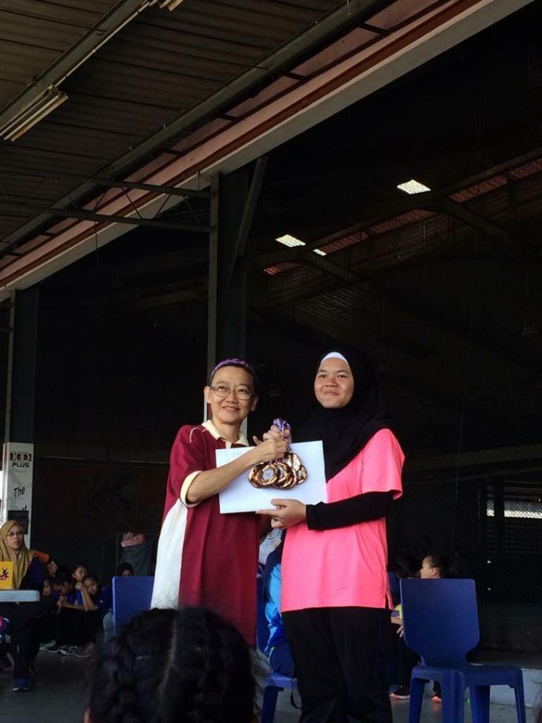 Adik Nur A'aliyah Masitah Rudywan menerima pingat Gangsa daripada Pengetua SM Stella Maris dalam Kejohanan Bola Jaring MSSD Kota Kinabalu di BSA, Kelombong pada 31 Januari 2020